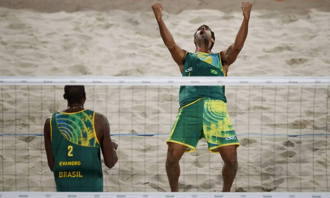 A dupla brasileira Pedro Solberg (de frente) e Evandro venceu os letões Samoilovs e Smedins Daniel Marenco / Agência O Globo