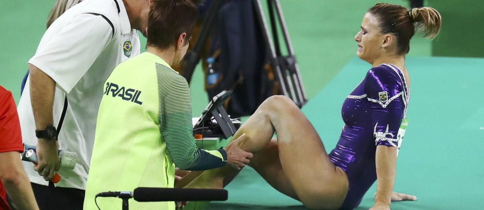 Jade Barbosa chora, com dor no tornozelo: ela aterrissou mal no exercício de solo durante provas individuais da ginástica e ficou de fora da Olimpíada Foto: KAI PFAFFENBACH / REUTERS