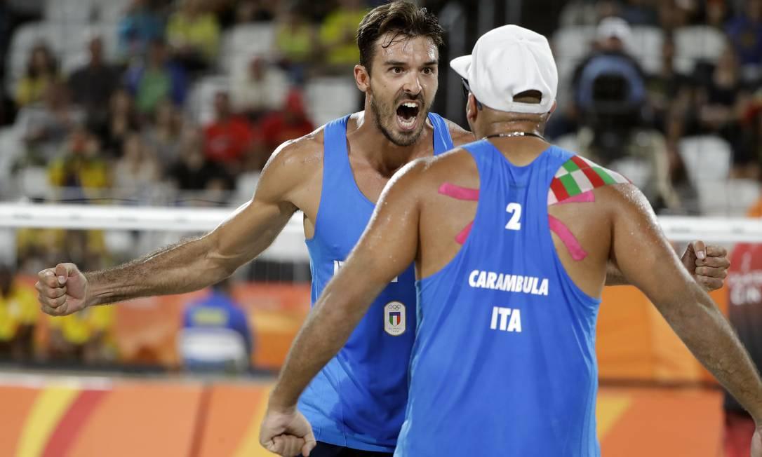 Alex Ranghieri comemora um ponto com o seu parceiro Adrian Carambula Marcio Jose Sanchez / AP