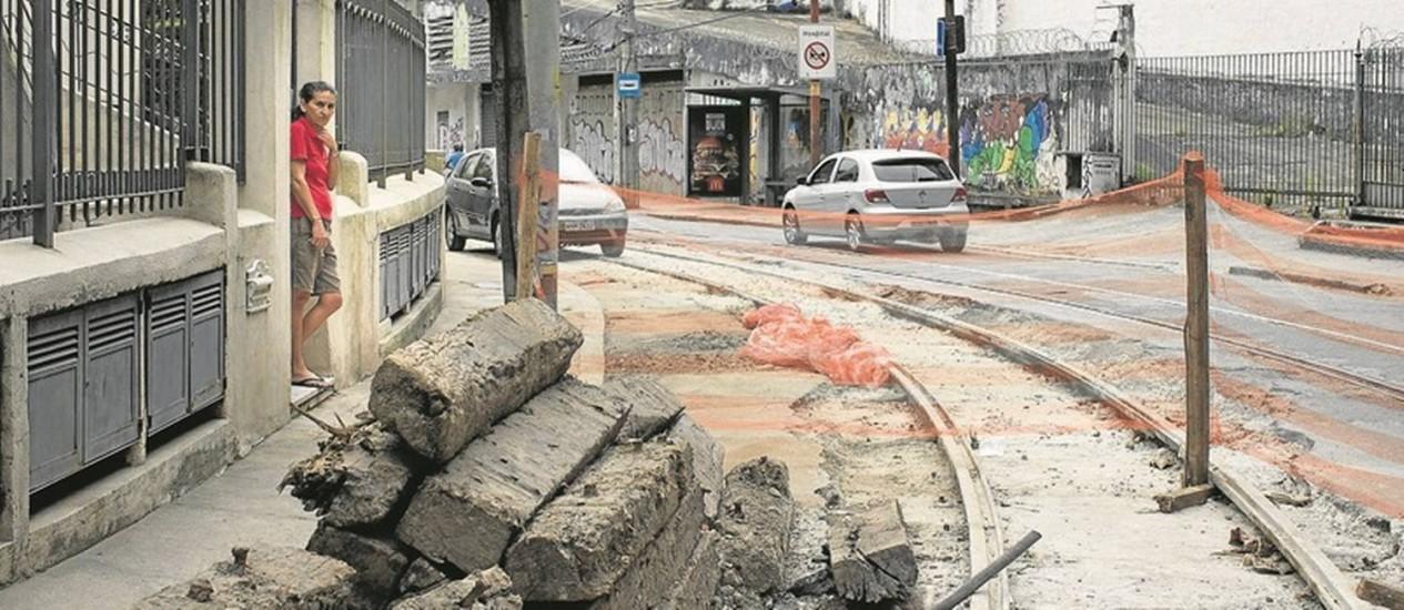 Morador observa a rua esburacada pelas obras de recuperação do sistema de bonde de Santa Teresa, que parou depois de acidente ocorrido em 2011 Foto: Márcia Foletto