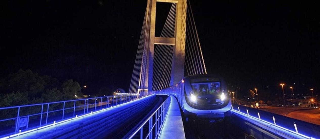 Trem da Linha 4 passa pela Ponte Estaiada, na Barra Foto: Divulgaçao