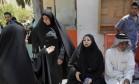 Parentes de vítimas em frente ao hospital Yarmouk, em Bagdá Foto: Reuters