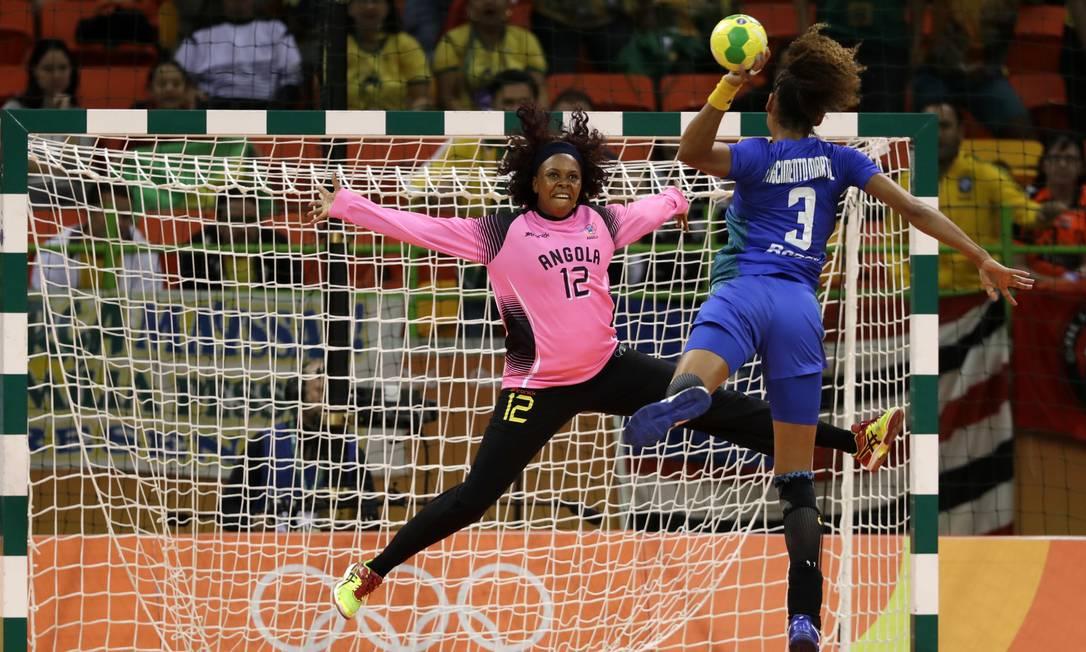 Alexandra Martinez se prepara para marcar gol pelo Brasil na vitória sobre Angola por 28 a 24 na Arena do Futuro, no Parque Olímpico Ben Curtis / AP