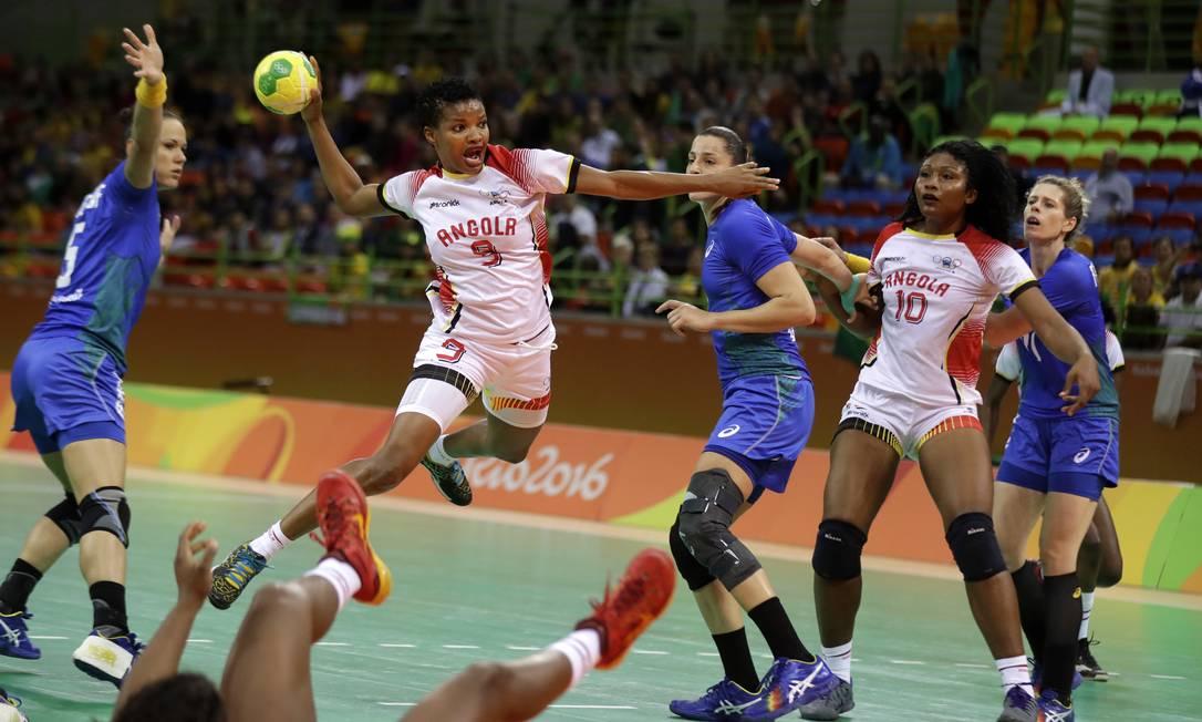 A angolana Natalia Maria Bernardo arremessa contra o gol brasileiro Ben Curtis / AP