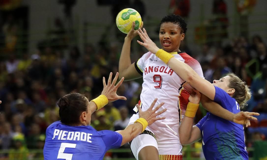 Após um primeiro tempo complicado, o time brasileiro conseguiu impor o ritmo de jogo e não deu chance às angolanas Ben Curtis / AP