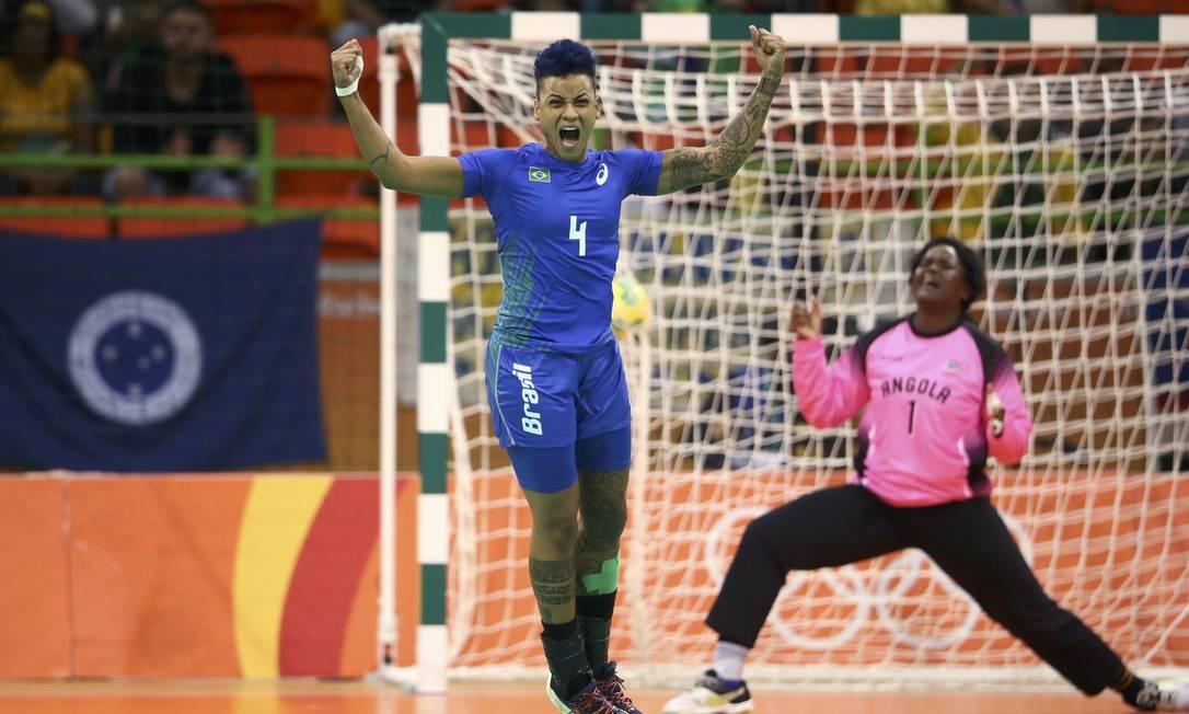 Samira festeja gol do Brasil, para decepção da goleira de Angola, Neyde Barbosa MARKO DJURICA / REUTERS