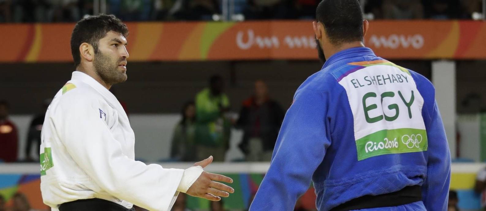 Atleta do Egito, Islam El Shehaby (de azul) não aceita aperto de mão de advesário israelense Or Sasson Foto: Markus Schreiber / AP