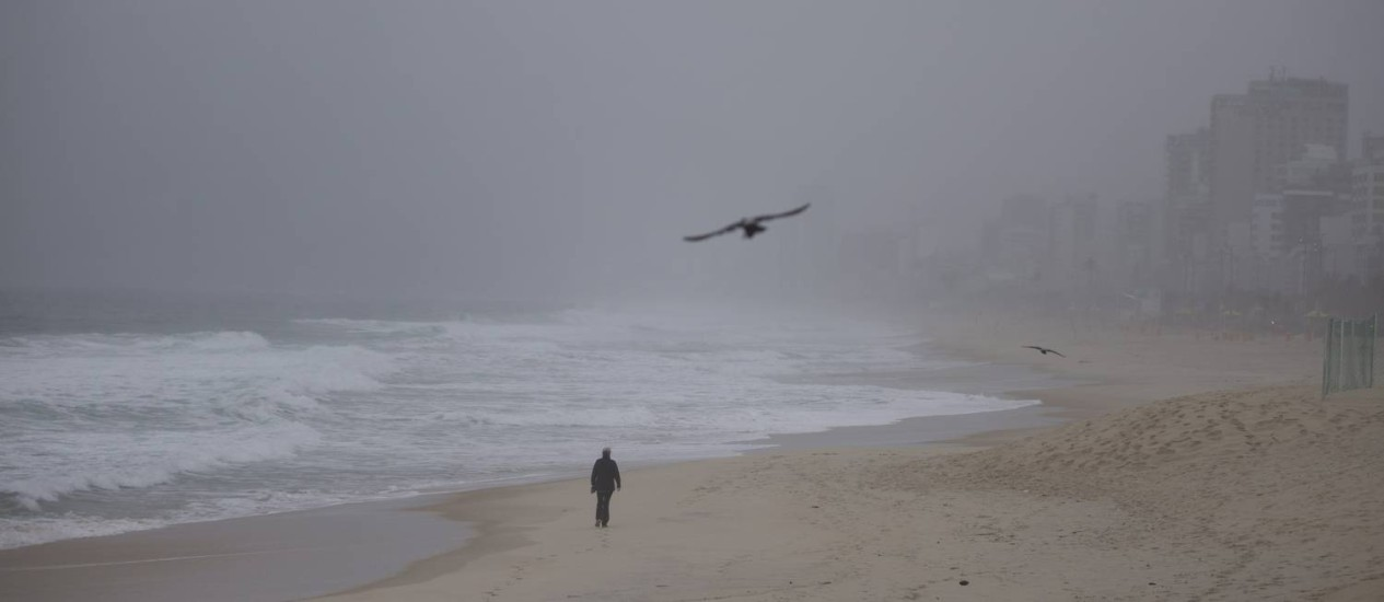 Chuva e frio deixam Praia de Ipanema sem banhistas nesta sexta-feira Foto: Márcia Foletto / O Globo