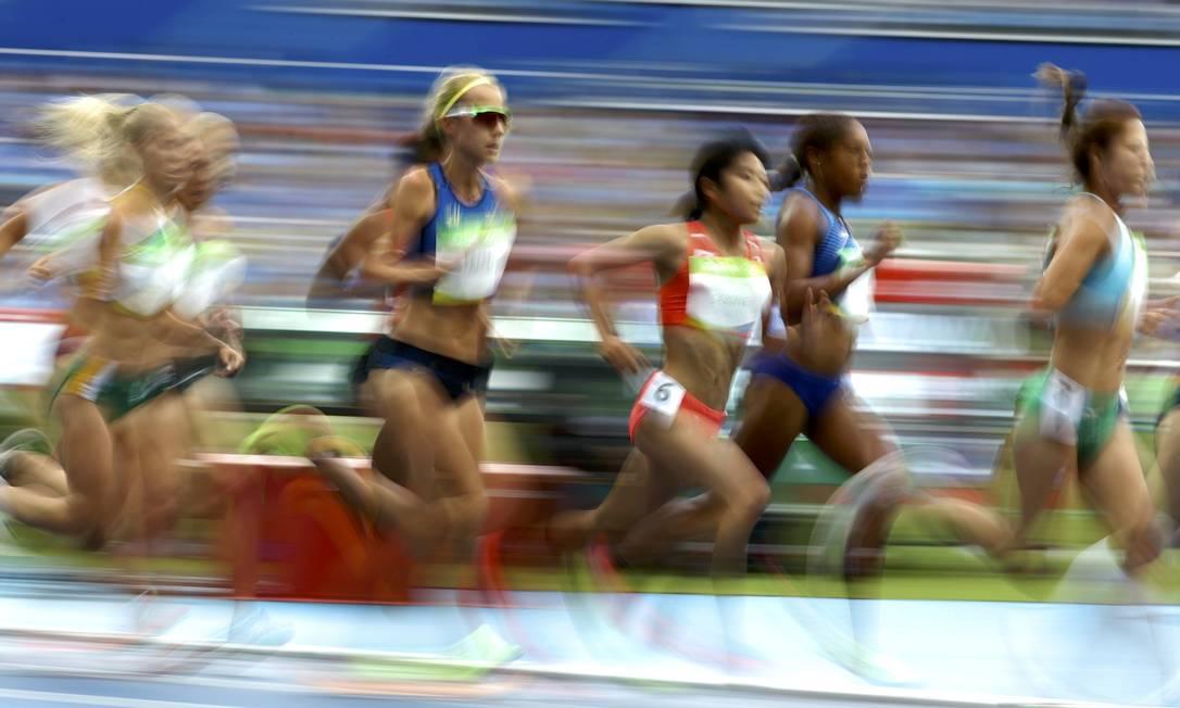 Atletas correm pela pista do Estádio Olímpico LUCY NICHOLSON / REUTERS