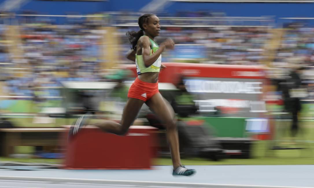A etíope Almaz Ayana venceu com facilidade depois de dominar mais da metade da competição David J. Phillip / AP