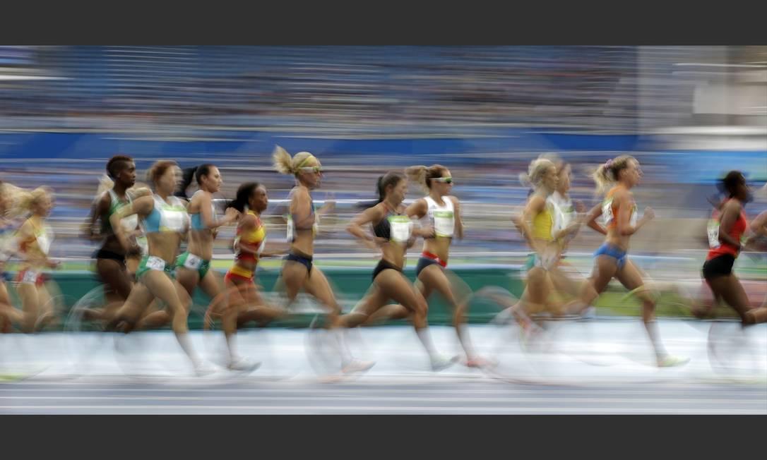 Competidoras correm a prova de 10.000m no Estádio Olímpico David Goldman / AP