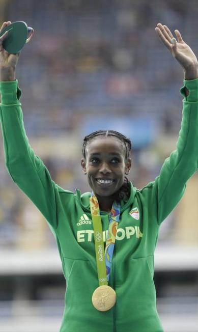 Agora a etíope detém o novo recorde mundial, de 29m17s45c David Goldman / AP