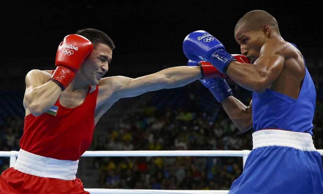 Robson Conceição derrotou o uzbeque Hurshid Tojibaev nas quartas de final do torneio de boxe peso ligeiro PETER CZIBORRA / REUTERS