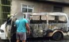 Van foi incendiada após ser atingida por bomba Foto: Reprodução / Facebook do Voz da Comunidade