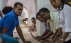 Diversas pessoas ajudam a produzir charuto de 90 metros, que poderá bater recorde mundial Foto: Desmond Boylan / AP