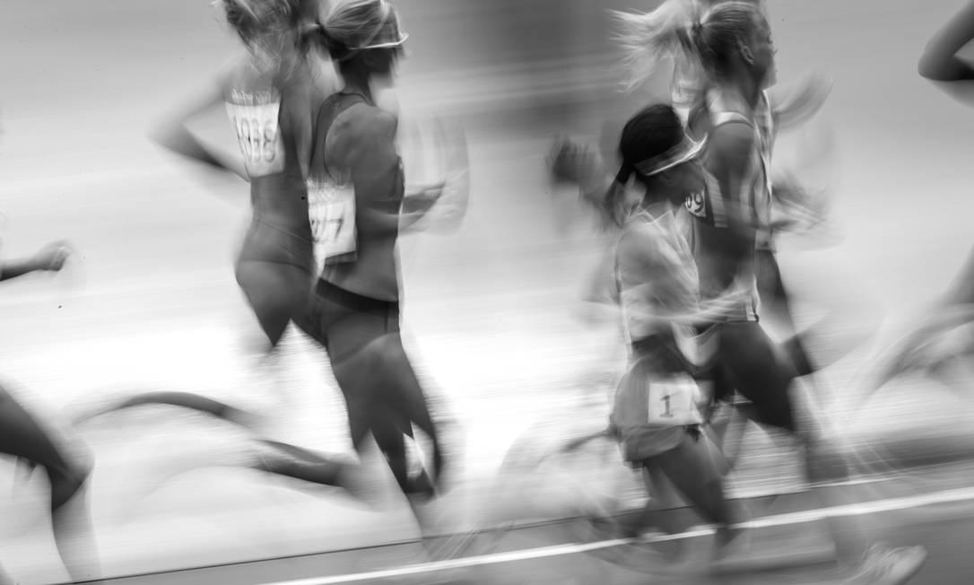 A brasileira Tatiele Roberta de Carvalho durante a prova de 10.000m feminino, vencida pela etiope Almaz Ayana Daniel Marenco / Agência O Globo