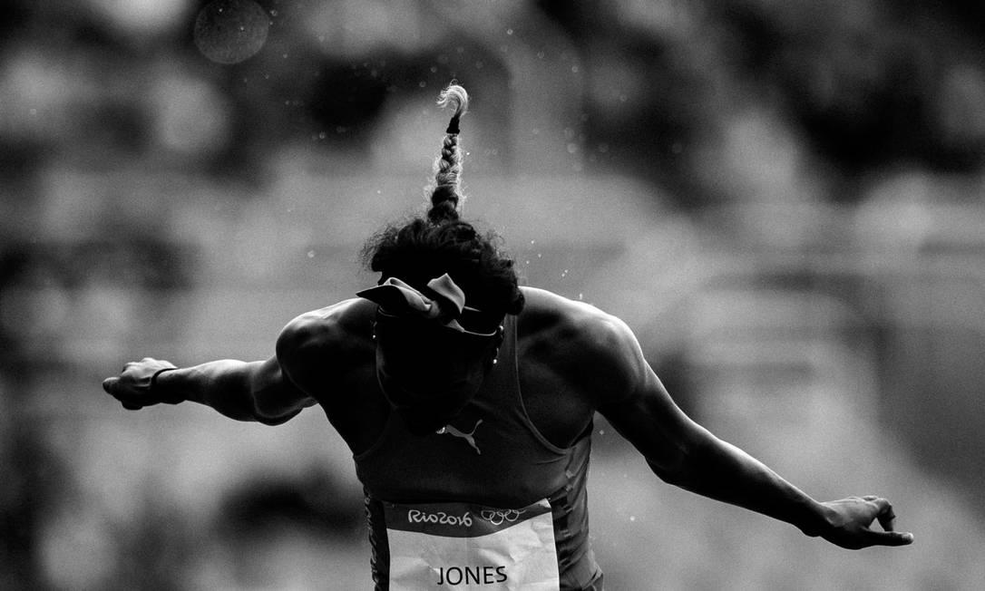 Os movimentos plásticos da atleta Akela Jones ao cruzar a linha de chegada dos 100m com barreira feminina neste primeiro dia das provas de atletismo, no Estádio Olimpico Daniel Marenco / Agência O Globo