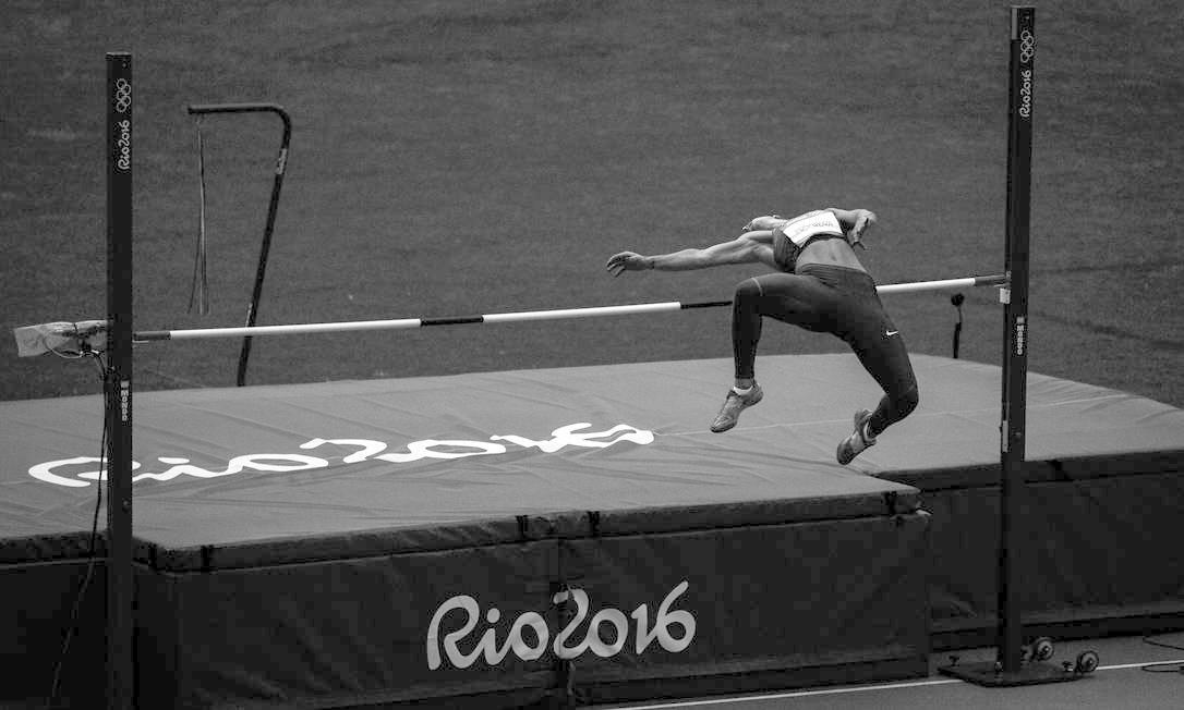 Momento em qua a ucraniana, Alina Fodorova, passa pelo sarrafo na prova do salto em altura, do heptatlo feminino Daniel Marenco / Agência O Globo