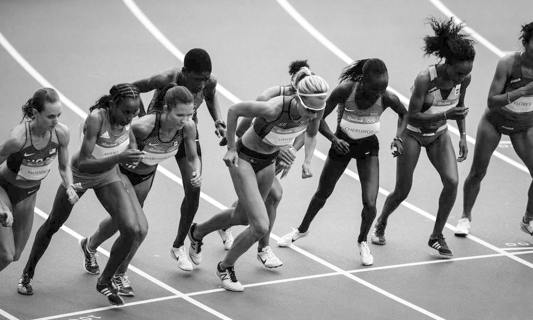 As atletas do 10.000m feminino se preparam para largar para a prova, no Estádio Olimpico Daniel Marenco / Agência O Globo