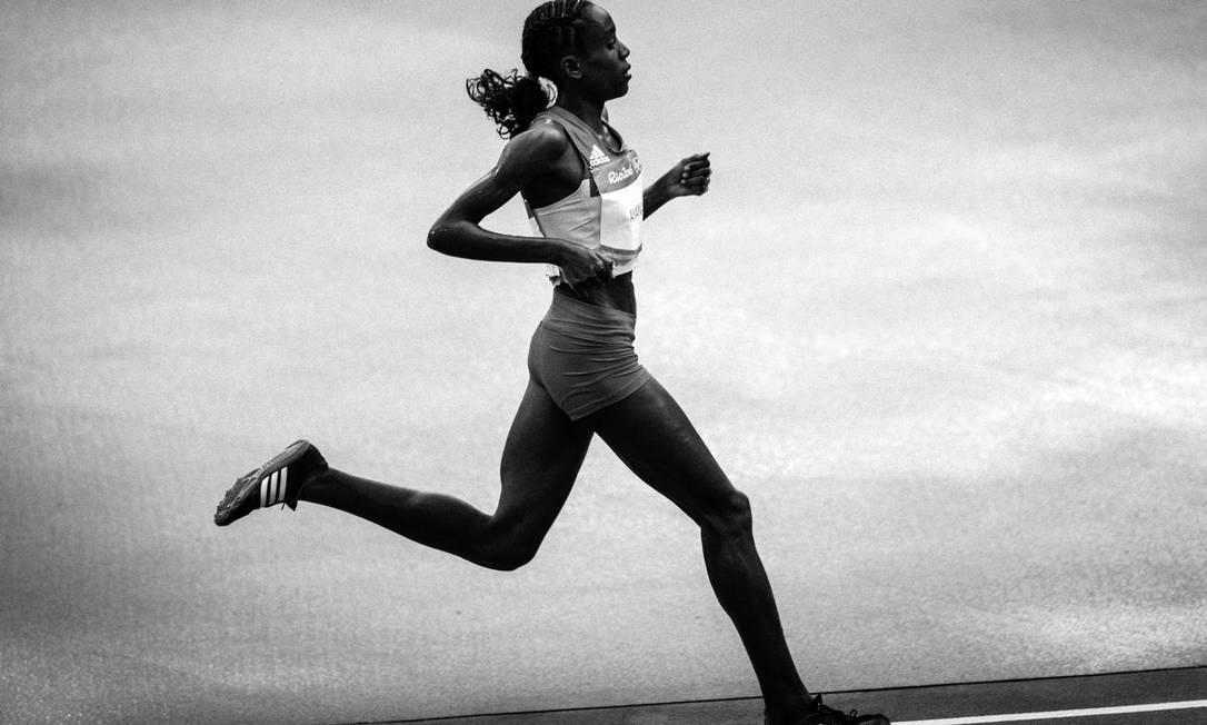 O movimento de Almaz Ayana, da Etiópia, vencedora da prova dos 10.000m feminino Daniel Marenco / Agência O Globo