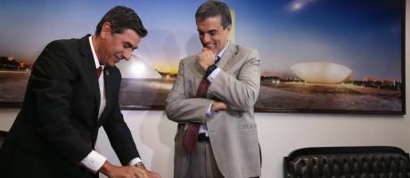 O advogado José Eduardo Cardozo entrega o último documento de defesa antes do julgamento do impeachment Foto: ANDRE COELHO / Agência O Globo