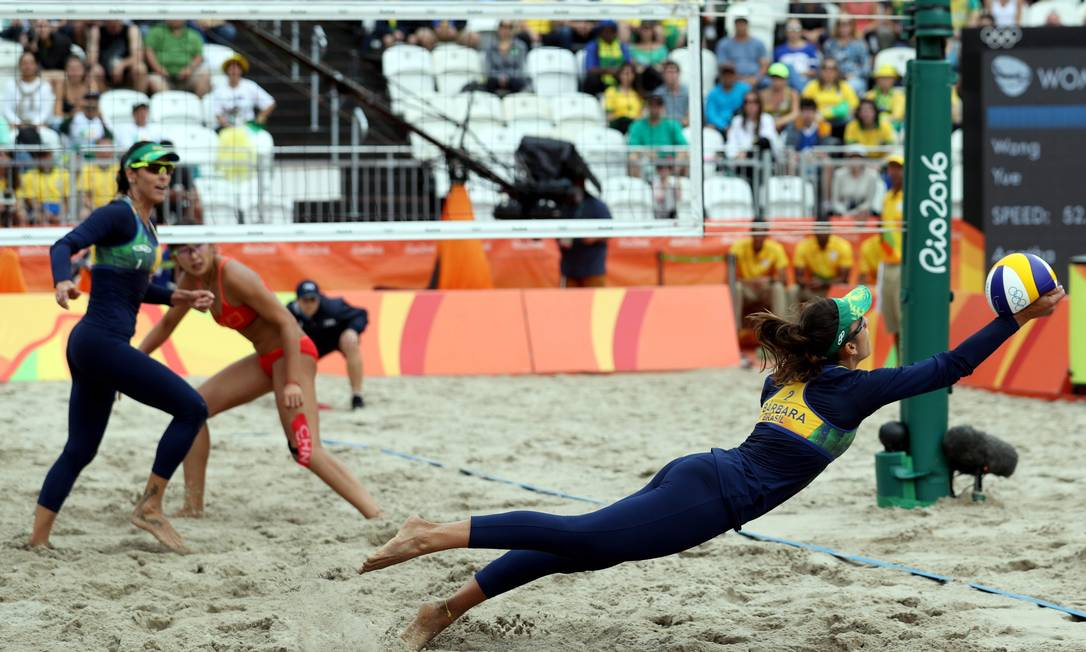 Bárbara voa para salvar uma bola na vitória por 2 sets a zero Marcelo Carnaval / Agência O Globo
