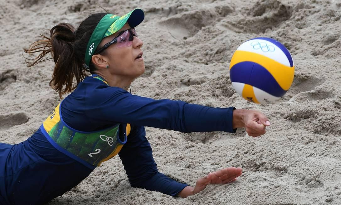 Barbara mergulha para salvar mais uma bola, durante a partida, a jogadora brasileira foi fundamental nas defesas YASUYOSHI CHIBA / AFP