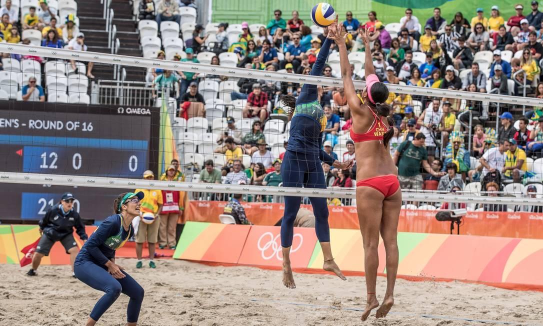 Enquanto a dupla brasileira achou melhor o uso de roupa de frio, as chinesas não se importaram com o inverno carioca Agência O Globo