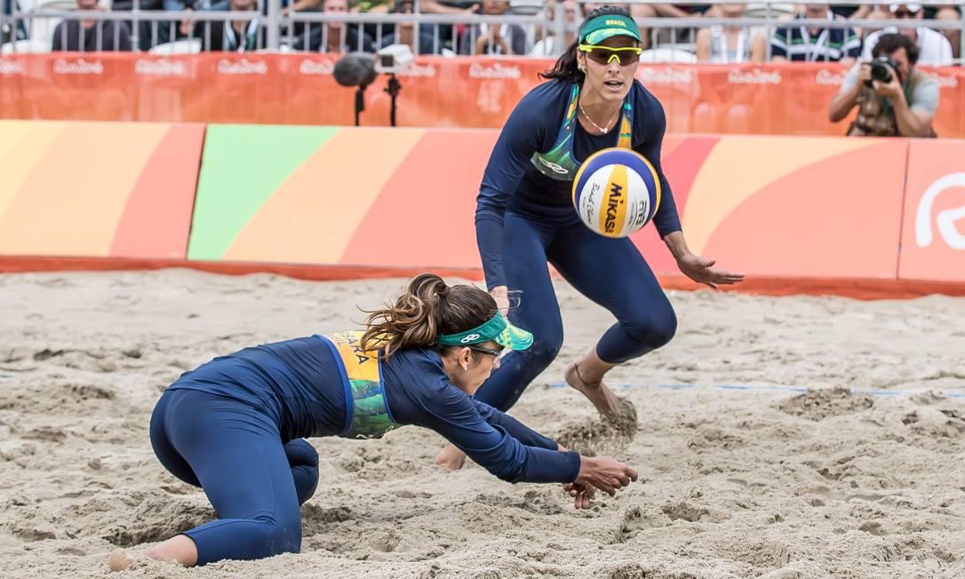 Agatha e Bárbara venceram por 21 a 12 e 21 a 16, se classificando para as quartas de final Agência O Globo