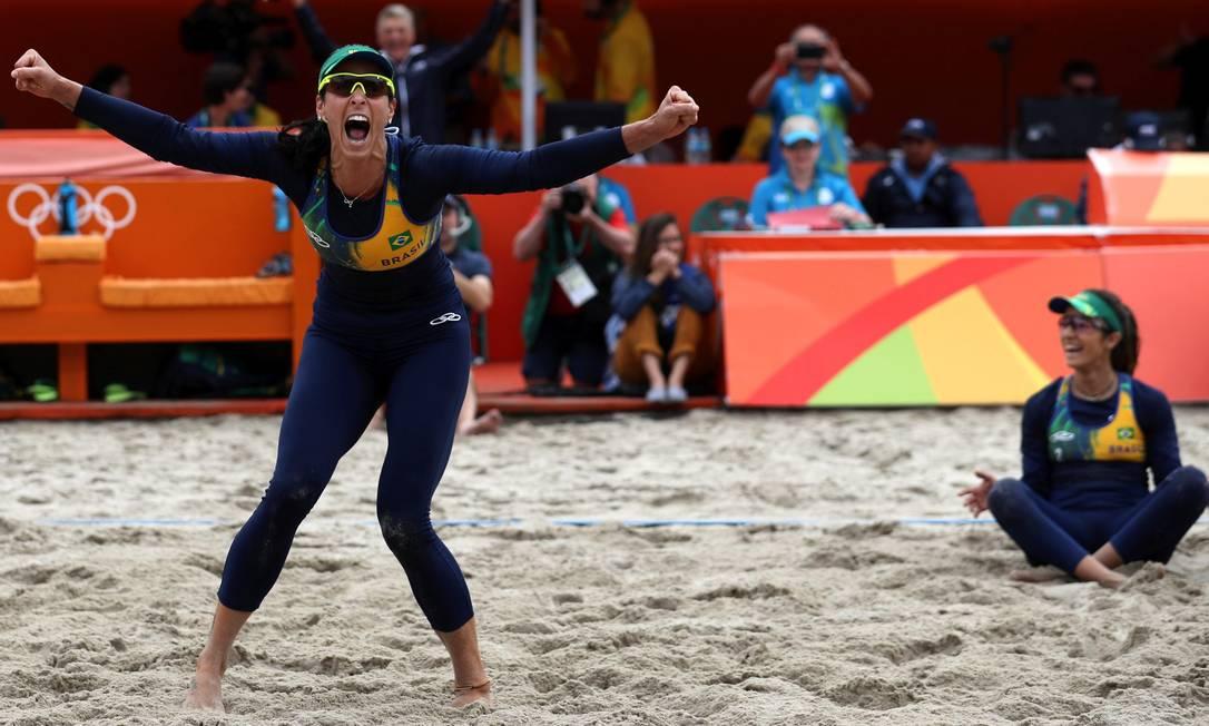 Bárbara vibra com o último ponto da partida. As brasileiras estão garantidas nas quartas de final do vôlei de praia Marcelo Carnaval / Agência O Globo