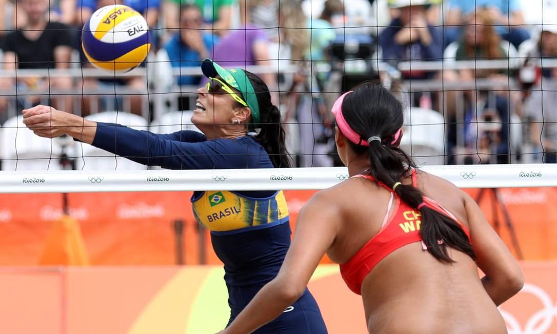 A dupla brasileira não deu chance para as chinesas e venceu com autoridade Marcelo Carnaval / Agência O Globo