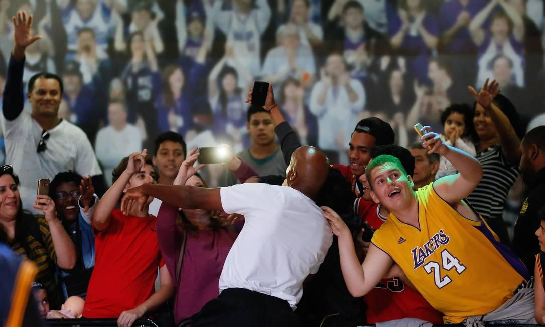 Ex-jogador da NBA, Bruce Bowen tirou selfies com o público Pablo Jacob / Agência O Globo