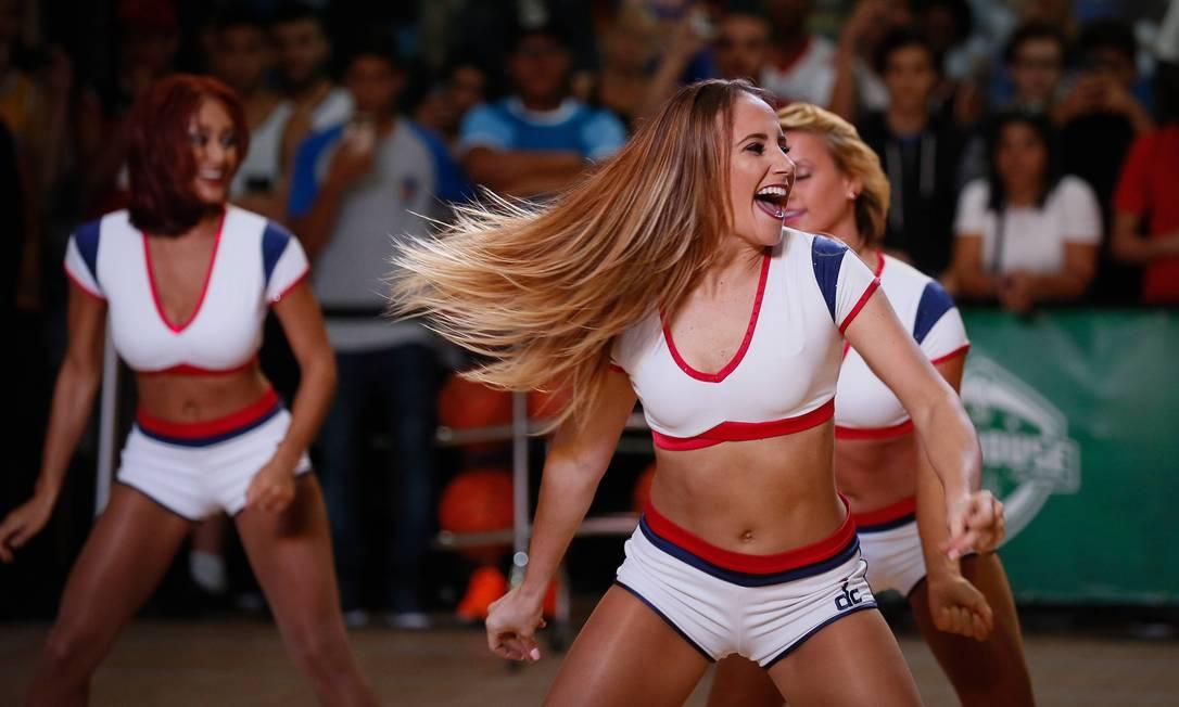 As cheerleaders, líderes de torcida que agitam os jogos na liga americana, também marcaram presença Pablo Jacob / Agência O Globo