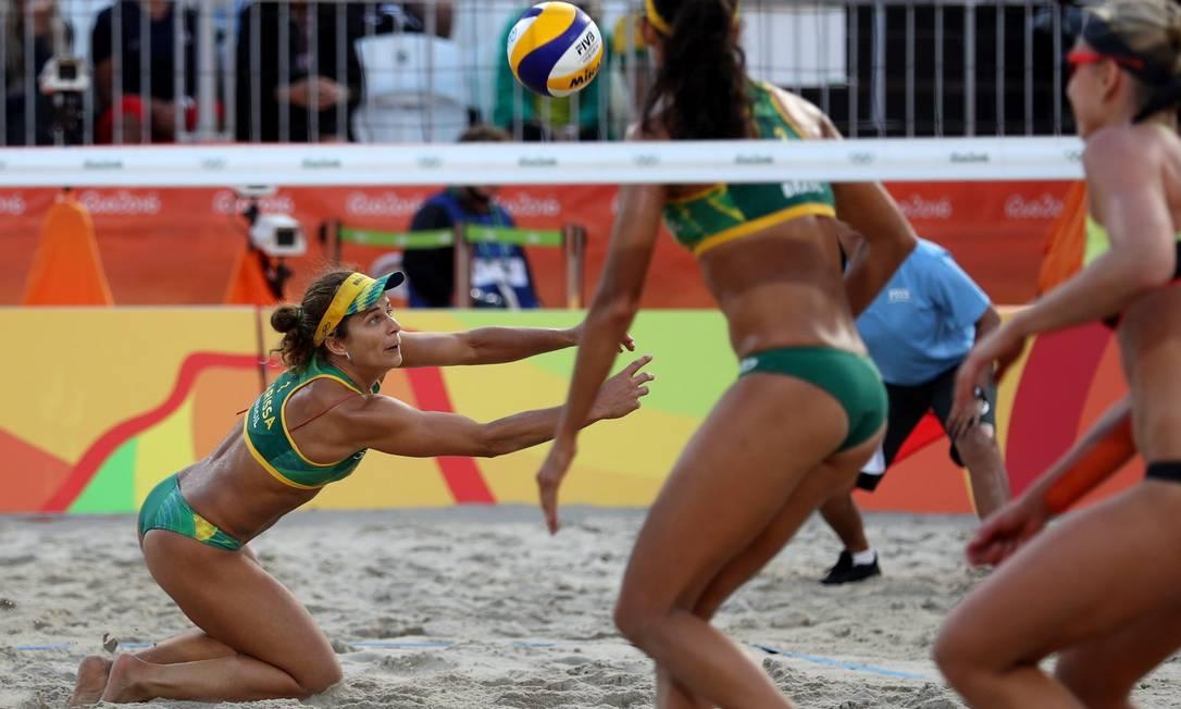 As próximas adversárias dela serão as vencedoras do confronto entre as duplas de Holanda e Suíça Marcelo Carnaval / Agência O Globo