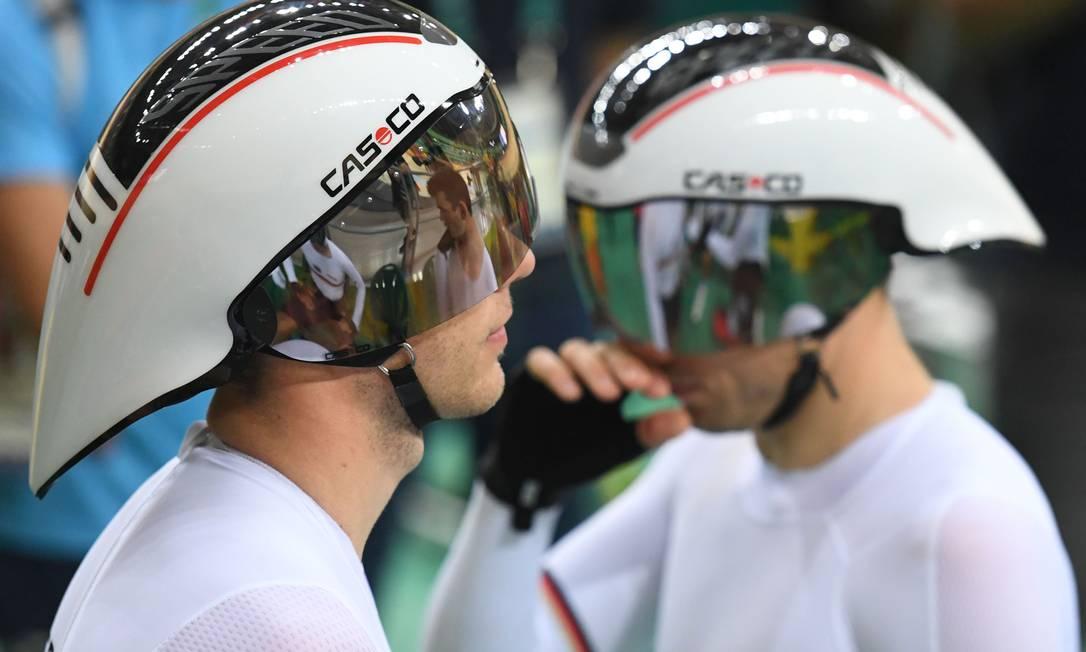 Tem também o capacete do Tipo Zé Gotinha, mais aerodinâmico: esse aí é do time alemão GREG BAKER / AFP