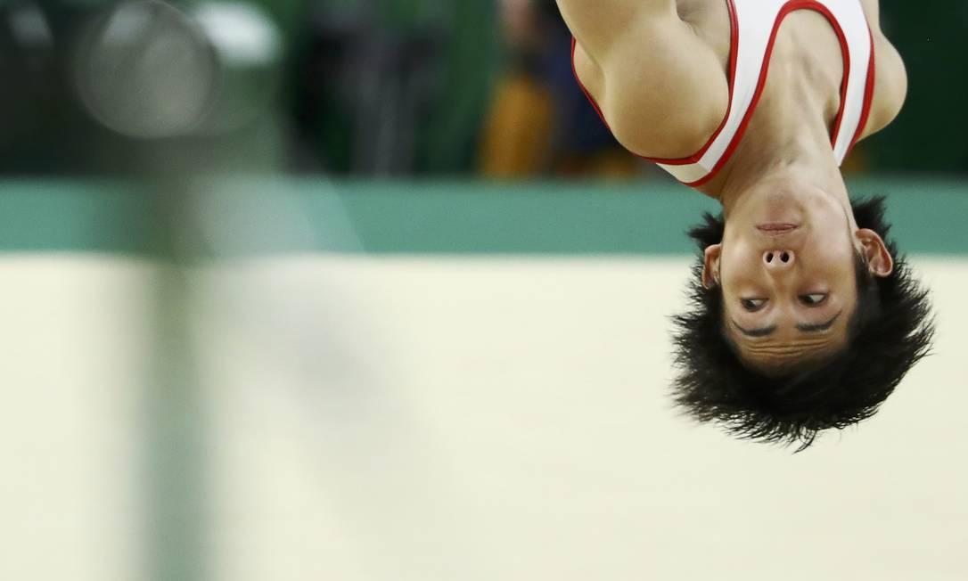 Ryohei Kato, do Japão, na ginástica artística KAI PFAFFENBACH / REUTERS