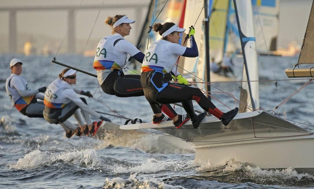 As francesas Sarah Steyaert e Aude Compan durante regata em águas cariocas BRIAN SNYDER / REUTERS