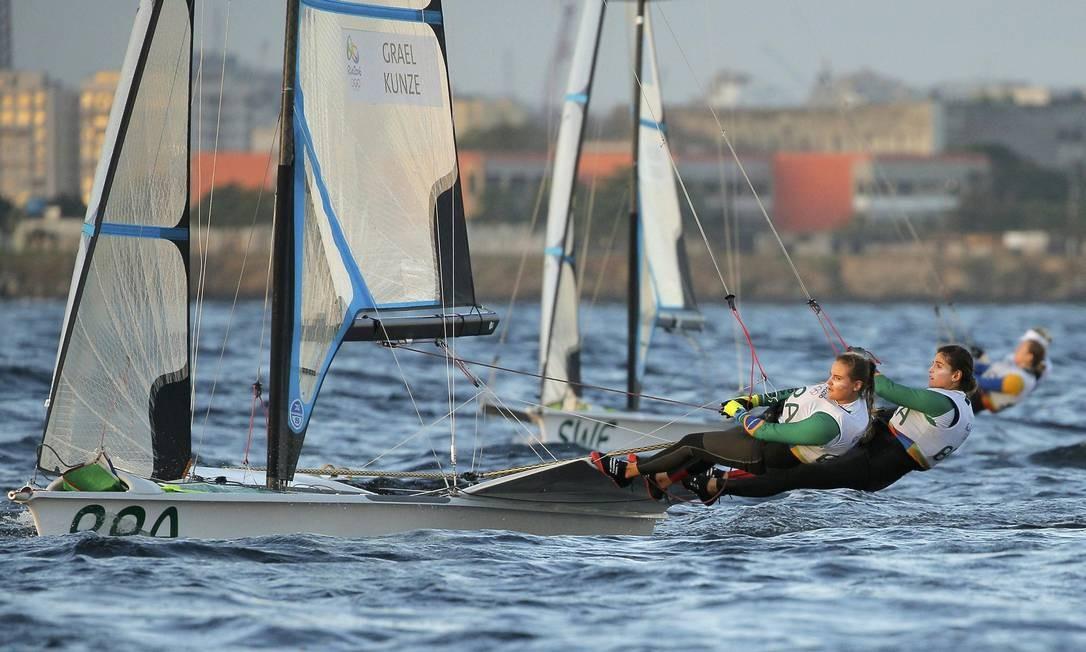 A dupla brasileira Martine Grael e Kahena Kunze em busca de uma medalha na Olimpíada BRIAN SNYDER / REUTERS
