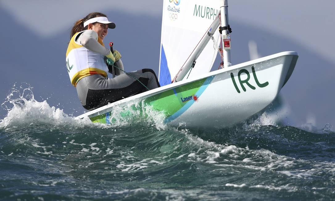 A irlandesa Annalise Murphy tenta vencer as ondas da Baía de Guanabara BENOIT TESSIER / REUTERS