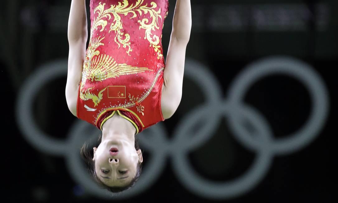 He Wenna, da China, no trampolim Julio Cortez / AP