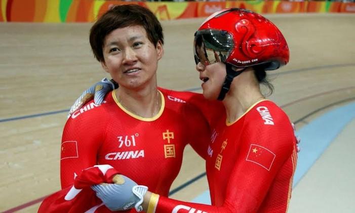 A equipe chinesa feminina de ciclismo, formada por Gong Jinjie e Zhong Tiens, bateu o recorde olímpico na prova por velocidade na final contra a Rússia, com o tempo de 32s305. Foto: Divulgação / COI