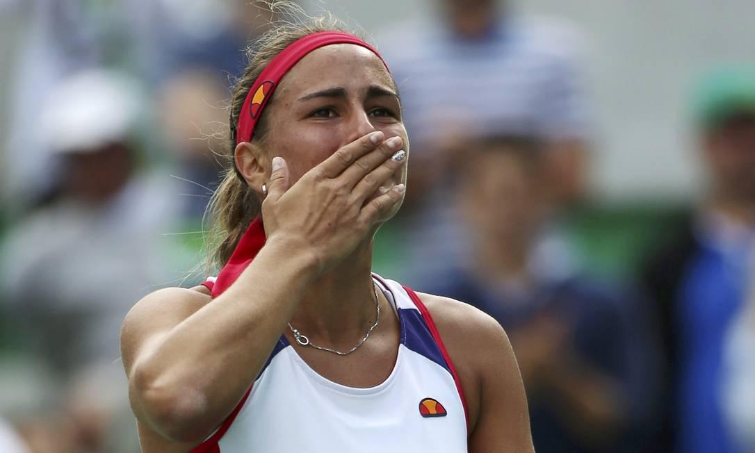 A atleta não segura a emoção após a vitória na semifinal e manda beijos para a torcida KEVIN LAMARQUE / REUTERS