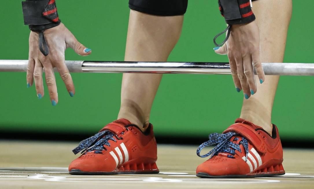 Tia-Clair Toomey, da Austrália, momentos antes de tentar levar o peso na competição para mulheres Mike Groll / AP