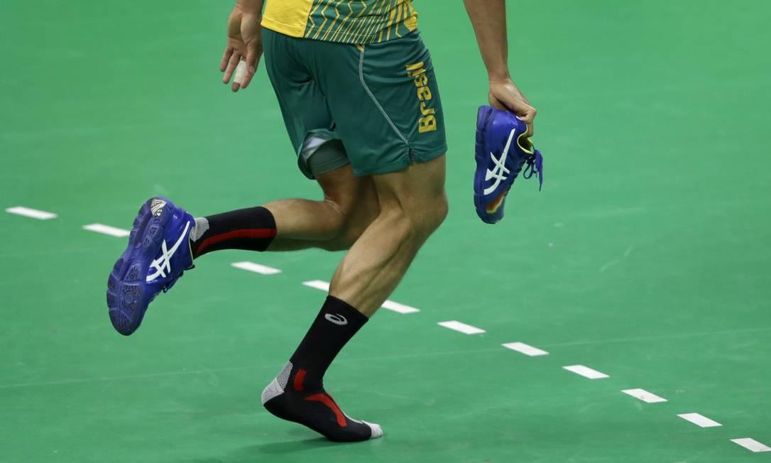 Thiagus Dos Santos perde o tênis durante partida contra a Eslovênia Ben Curtis / AP