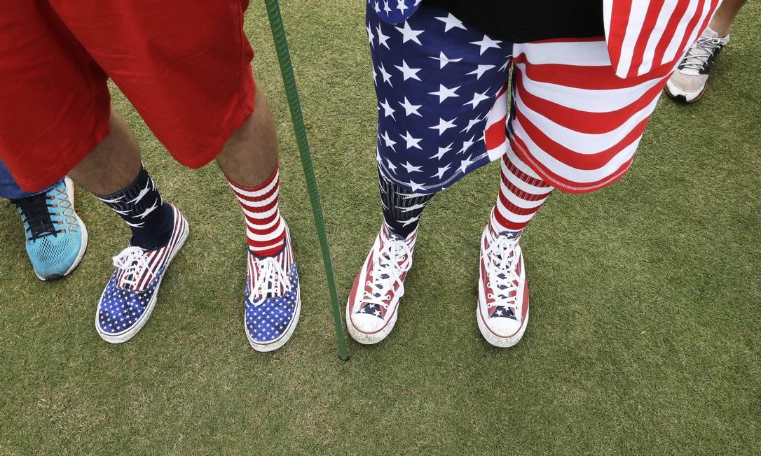 Os fãs norte-americanos acompanhando a partida de golfe Chris Carlson / AP
