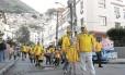 Grupo de australianos deixa o Dona Marta, em Botafogo: turistas foram convidar crianças da favela para assistir à partida olímpica de hóquei. Guias acreditam que medo de tiroteios e de zika tenha afugentado visitantes