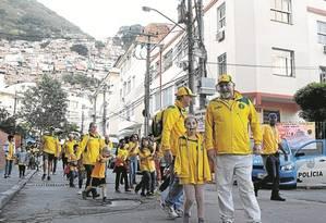 Grupo de australianos deixa o Dona Marta, em Botafogo: turistas foram convidar crianças da favela para assistir à partida olímpica de hóquei. Guias acreditam que medo de tiroteios e de zika tenha afugentado visitantes Foto: Fabio Rossi