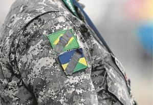 Soldado da Força Nacional usa tarjas pretas na farda, em homenagem a colega morto ao entrar em favela Foto: Alexandre Cassiano