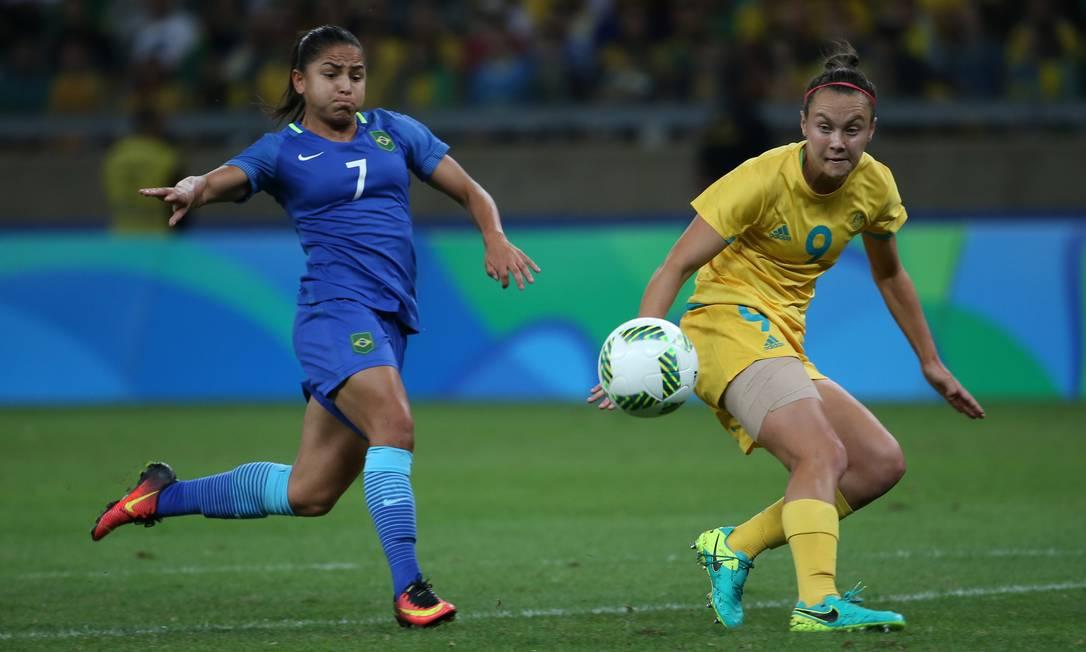 Debinha disputa bola com a australiana Foord no Mineirão Eugenio Savio / AP