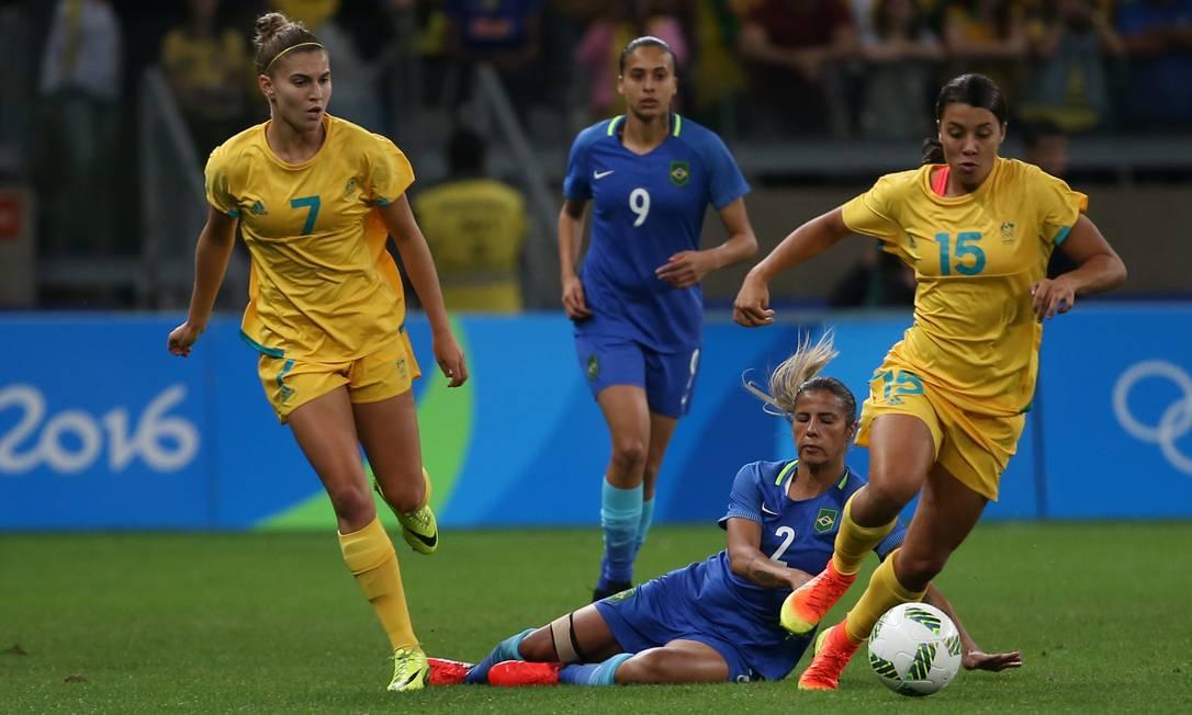 Marcação dura das australianas deixa a brasileira Fabiana no chão: Kerr conduz a bola e leva as adversárias ao ataque Eugenio Savio / AP